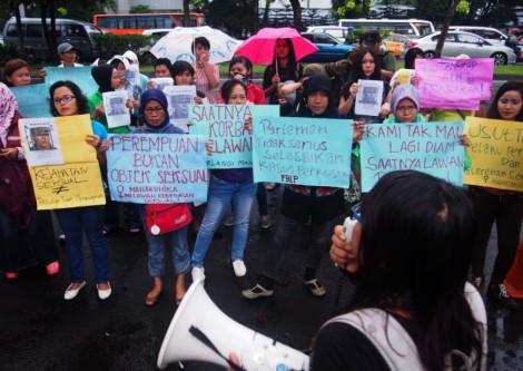 Suasana unjuk rasa Relawan Jakarta Melawan Kekerasan Seksual (RJMKS) di depan Mabes Polri, Jakarta Selatan, Sabtu (8/2) | Foto oleh : Bram Selo (Kabar3.com)